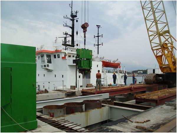 Шефмонтаж вибропогружателя при строительстве грузового порта